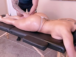 Massage and sex session for a thick and horny brunette