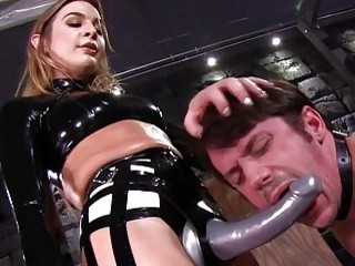Latex-wearing babe gets to peg a dude and to facesit